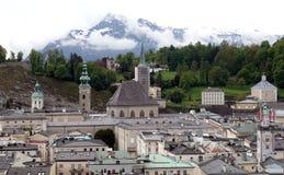 Ciudad vieja de Salzburg y montañas alpinas de la alta nieve en lejos fotos de archivo libres de regalías