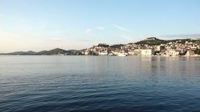 Ciudad vieja de Sibenik, Croacia Opinión de la costa del mar almacen de metraje de vídeo