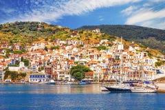 Ciudad vieja de Skopelos según lo visto del agua Imágenes de archivo libres de regalías