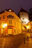 Ciudad vieja de Tallinn y de sus calles en la noche Foto de archivo