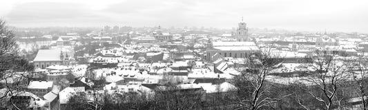 Ciudad vieja de Vilnius del panorama por la mañana de diciembre fotografía de archivo libre de regalías