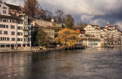 Ciudad vieja de Zurich en un día nublado en último otoño Fotografía de archivo libre de regalías