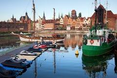 Ciudad vieja del horizonte y del puerto deportivo de Gdansk Foto de archivo