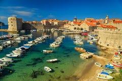 Ciudad vieja del panorama con los barcos coloridos, Croacia, Europa de Dubrovnik Fotografía de archivo