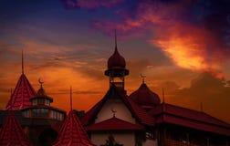 Ciudad vieja en la puesta del sol Banderas abstractas musulmanes del saludo Imagen de archivo libre de regalías