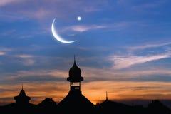 Ciudad vieja en la puesta del sol Banderas abstractas musulmanes del saludo Fotos de archivo
