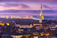 Ciudad vieja en la puesta del sol, Tallinn, Estonia de la visión aérea Foto de archivo libre de regalías
