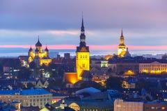 Ciudad vieja en la puesta del sol, Tallinn, Estonia de la visión aérea Foto de archivo