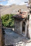 Ciudad vieja en la región de las montañas de Abruzos Foto de archivo