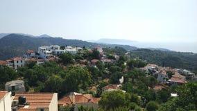 Ciudad vieja en las colinas panorama, islas de Grecia imagenes de archivo