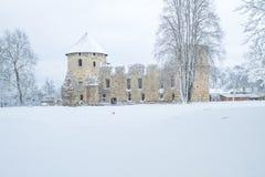 Ciudad vieja en Letonia, invierno con nieve Imágenes de archivo libres de regalías