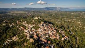 Ciudad vieja entre el mar y las montañas en Corfú central Grecia Fotos de archivo libres de regalías