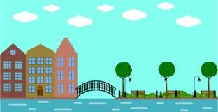 Ciudad vieja europea con el puente en el río y el parque en verano Imagenes de archivo