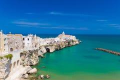 Ciudad vieja hermosa de Vieste, península de Gargano, región de Apulia, al sur de Italia Foto de archivo