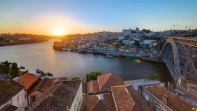 Ciudad vieja Oporto del panorama en el río Duoro, con el puerto almacen de metraje de vídeo