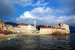 Ciudad vieja por el mar Fotos de archivo