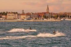 Ciudad vieja por el mar con dos watercrafts en el primero plano Imágenes de archivo libres de regalías