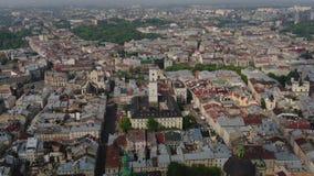 Ciudad vieja a?rea Lviv, Ucrania de los tejados y de las calles Panorama de la ciudad antigua Ayuntamiento, ayuntamiento, Ratush, almacen de video