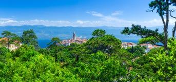 Ciudad vieja romántica maravillosa en el mar adriático Vrbnik Isla de Krk Foto de archivo libre de regalías