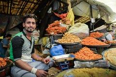 CIUDAD VIEJA, SRINAGAR, LA INDIA MAYO DE 2017: Comerciante en parada de la comida en el mercado de Srinagar Fotografía de archivo