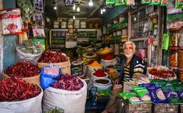 CIUDAD VIEJA, SRINAGAR, LA INDIA MAYO DE 2017: Comerciante en tienda de la especia en Srinagar Imágenes de archivo libres de regalías