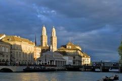 Ciudad vieja y Grossmunster de Zurich en la puesta del sol Foto de archivo libre de regalías