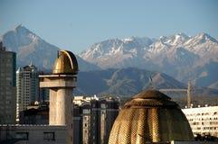 Ciudad y altas montañas Imagen de archivo libre de regalías