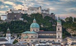 Ciudad y castillo viejos Hohensalzburg por mañana Foto de archivo libre de regalías