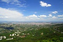Ciudad y cielo azul fotografía de archivo