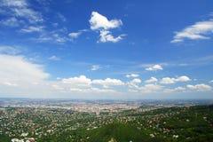 Ciudad y cielo azul foto de archivo
