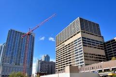 Ciudad y construcciones de Chicago al lado del río Chicago foto de archivo libre de regalías