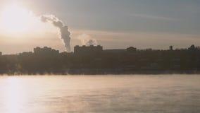 Ciudad y el río con la niebla almacen de metraje de vídeo