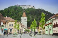 Ciudad y fortaleza viejas de Rasnov en la colina en Rumania Foto de archivo libre de regalías