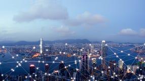 Ciudad y Internet elegantes de cosas, red de comunicaciones inalámbrica fotografía de archivo