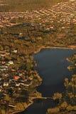 Ciudad y lago del aeroplano Imágenes de archivo libres de regalías