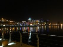 Ciudad y lago en noche Imagenes de archivo