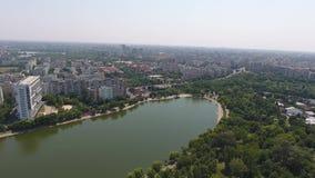 Ciudad y lago vistos de abejón almacen de metraje de vídeo