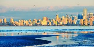 Ciudad y mar imagenes de archivo