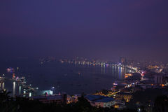 Ciudad y mar de Pattaya en el tiempo crepuscular Foto de archivo libre de regalías