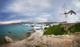 Ciudad y molino de viento famoso en un día nublado, Grecia de Mykonos Fotos de archivo libres de regalías