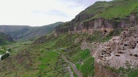 Ciudad y monasterio Vardzia de la cueva en los bancos del río Kura georgia almacen de video