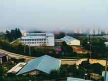 Ciudad y niebla Fotografía de archivo