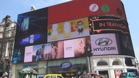Ciudad y Piccadilly Circus de Londres una señal céntrica famosa almacen de metraje de vídeo