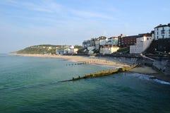Ciudad y playa Imagenes de archivo