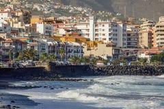 Ciudad y playa negra de la arena de Candelaria Zona oriental de Tenerife en las islas Canarias españolas fotos de archivo