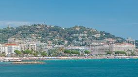 Ciudad y playa viejas coloridas en el timelapse de Cannes en riviera francesa en un día de verano hermoso, Francia almacen de video