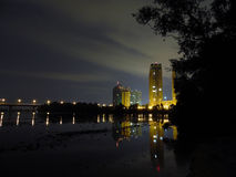 Ciudad y puente de la reflexión Imagen de archivo