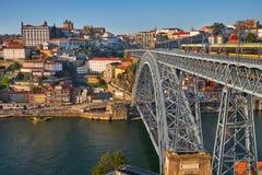 Ciudad y puente de Oporto a través del río del Duero fotos de archivo