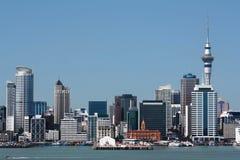 Ciudad y puerto de Auckland con Skytower Imagen de archivo libre de regalías