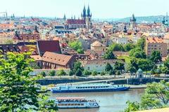 Ciudad y río Moldava de la visión panorámica en Praga, República Checa fotografía de archivo libre de regalías